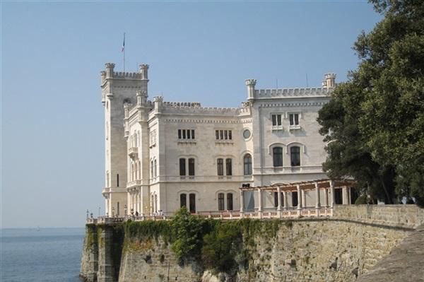Transport persoane Arad Trieste Italia
