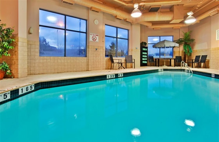 Book at holiday inn hotel suites mississauga west for Pool show mississauga